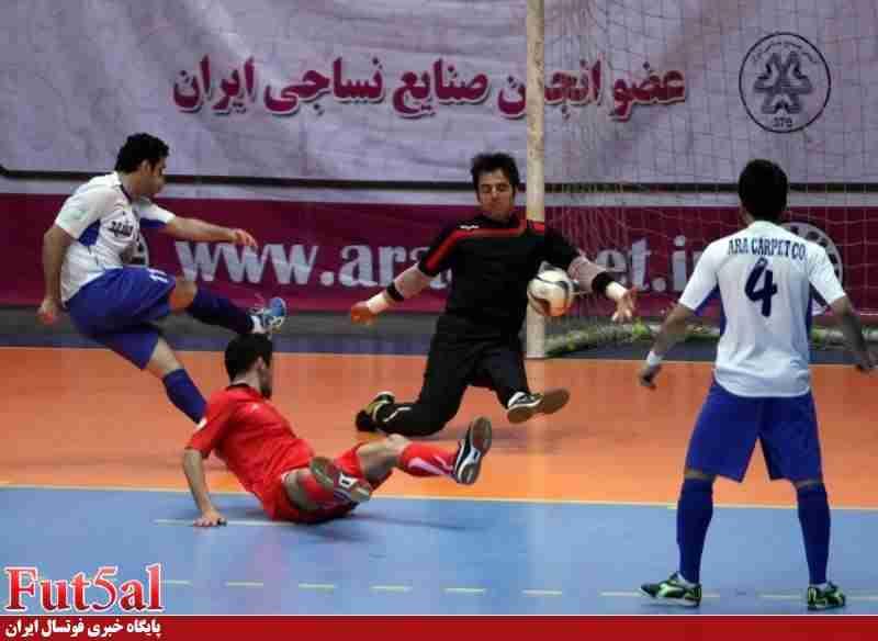 گلر شهرداری تبریز با انگشت شکسته مقابل حفاری بازی می کند!