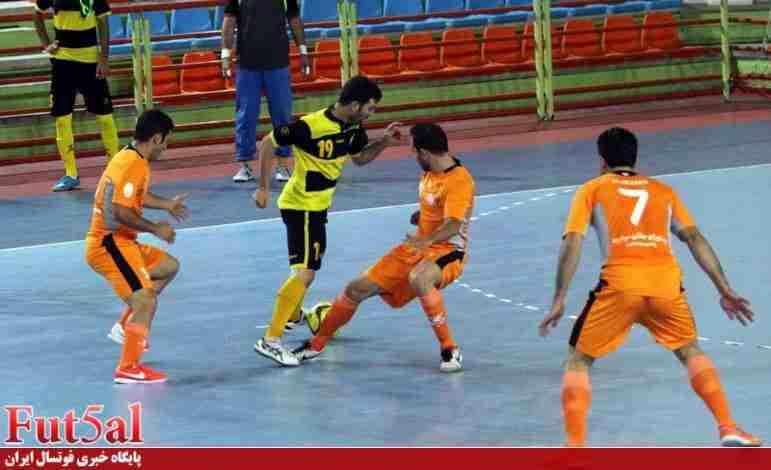 جدال تیمهای بدون مربی در اهواز/ کارت زردی که بطری های آب را به زمین کشاند