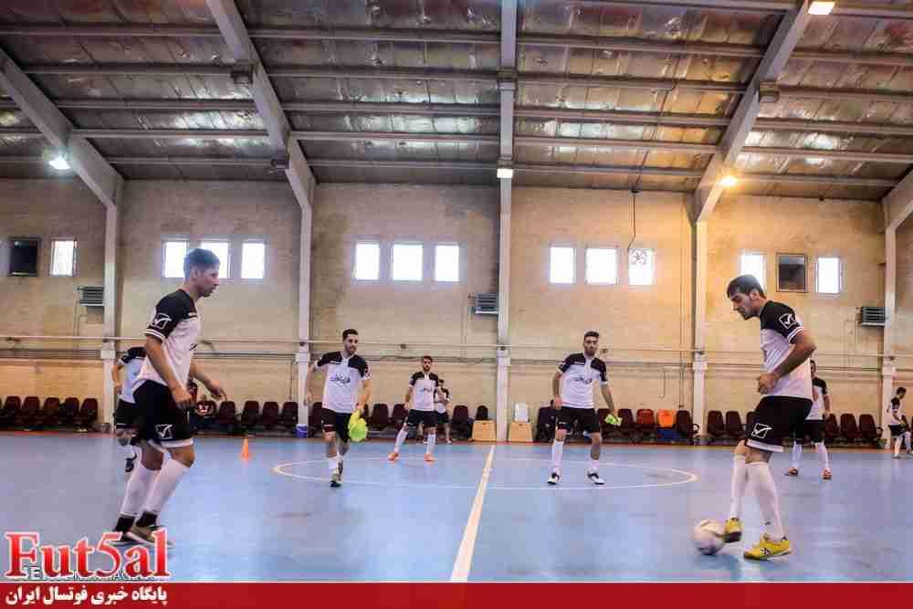 حضور کفاشیان در تمرین تیم ملی فوتسال و دستور تعویض کفپوش کمپ